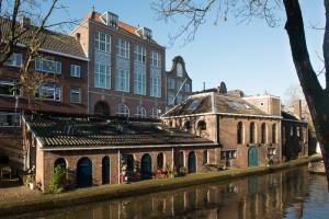 De gebouwen van de bierbrouwerij De Boog aan de Oudegracht op de hoek van de Lange Rozendaal. De brouwerij was in 1763 door Willem de Kock aan de RC Armenkamer geschonken. De inkomsten van de brouwerij vormden decennialang de financiële basis van het bestaan van de Armenkamer.
