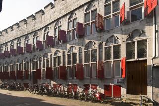 Het Zoudenbalchhuis aan de Donkerstraat te Utrecht. Vanaf 1746 was hierin het weeshuis en de regentenkamer van de RC Armencamer gevestigd. Oorspronkelijk was dit het woonhuis van de Domkannunik Evert Zoudenbalch (1423/24-1503).