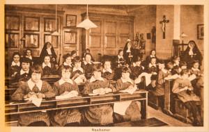 Naaikamer van de weesmeisjes ca. 1900. Tot 1952 werden er weeskinderen in het Hiëronymushuis opgevangen.